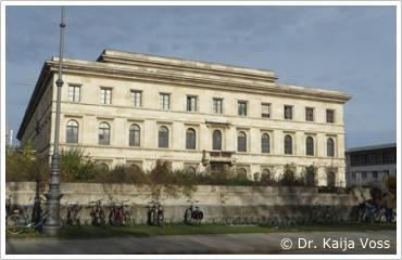 Dr. Kaija Voss, München, Musikhochschule, Ehrentempelsockel